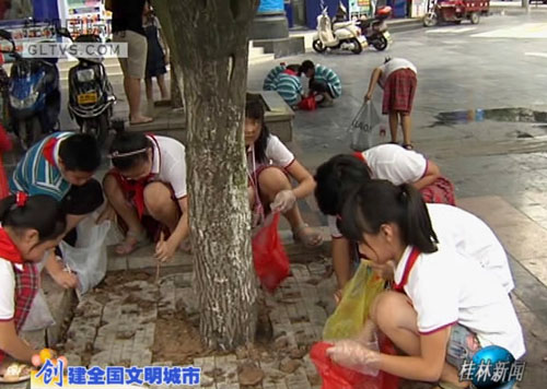 """争做""""创城文明使者"""" 我市中小学生开展为街道洗脸活动"""